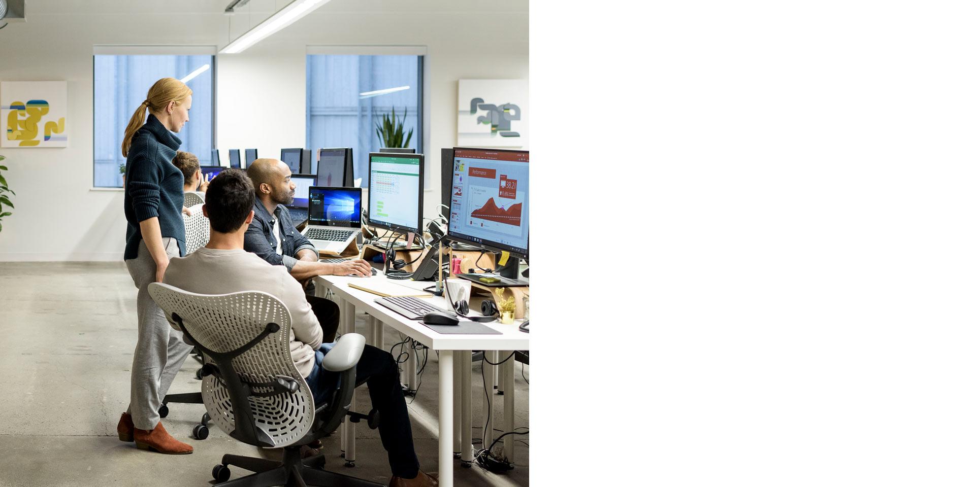 Personas que colaboran en una computadora de escritorio