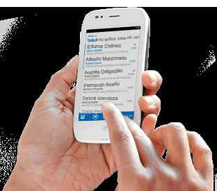 Una mano que teclea un mensaje en una lista de correo electrónico de Office 365 en un smartphone.