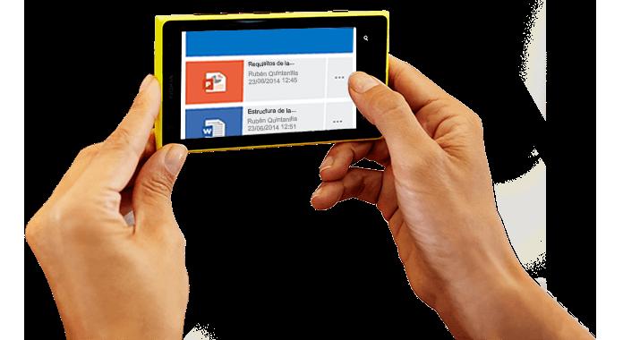 Un smartphone sostenido con ambas manos, en el que se muestra que se está accediendo a Office 365.