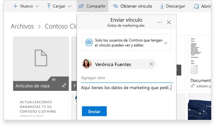 Una tableta que muestra a dos personas colaborando online en un documento de Word