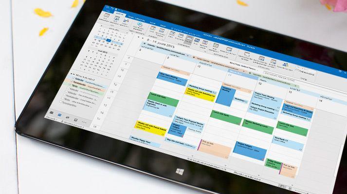 Tahvelarvuti ekraan, kus on näha Outlook 2016 avatud kalender koos vastava päeva ilmateatega.