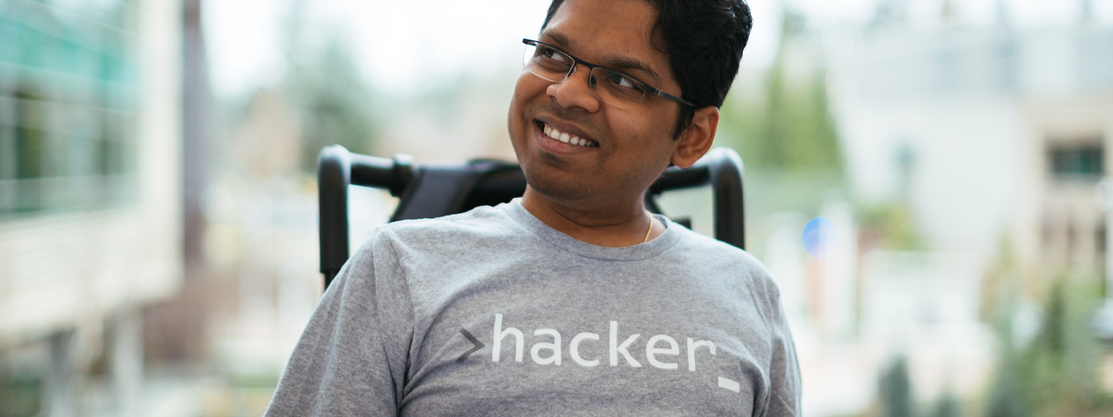 Hymyilevä mies istumassa pyörätuolissa
