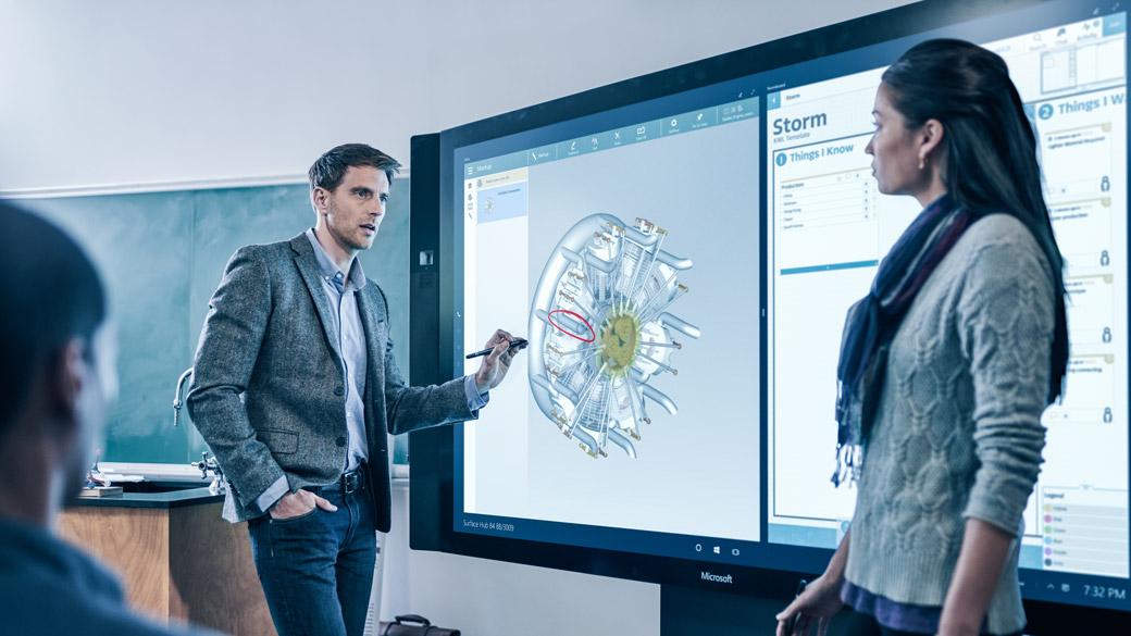 Opettaja pitää esitystä luokassa Surface Hubin avulla.