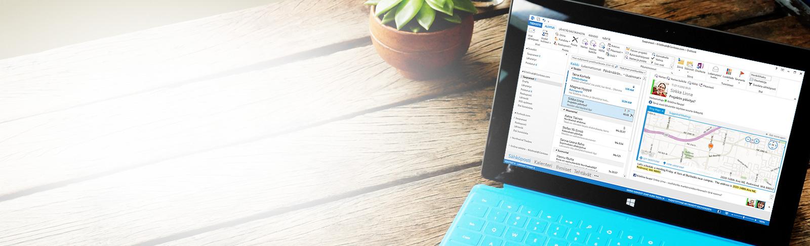 Tabletti, jossa näkyvissä Microsoft Outlook 2013:n Saapuneet-kansio, viestiluettelo ja esikatselu.