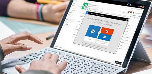 Kädet kirjoittavat näppäimistöllä kannettavassa tietokoneessa, jossa käytetään Flow'ta ja SharePointia