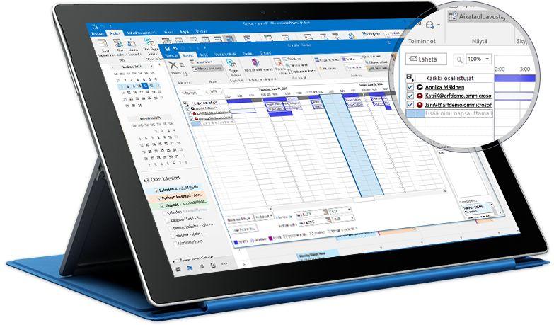 Surface-tabletti, jonka näytössä on Outlookin tapaamisnäkymä osallistujaluetteloineen ja tavoitettavuustietoineen