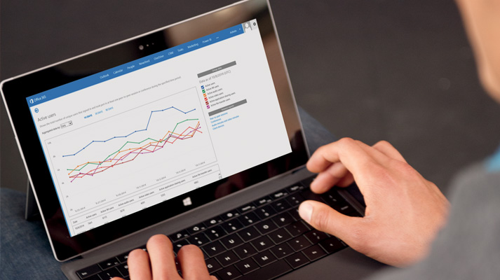 Henkilö käyttää Skype for Business Onlinea ja Office 365:tä Surface-tabletissa