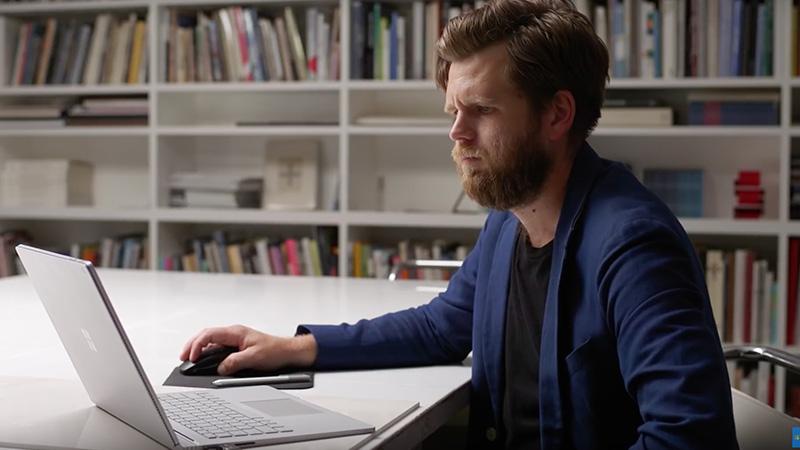Arkkitehti Johnston Marklee työskentelee Surface Bookilla.