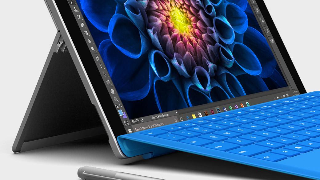 Surface Book ja Windows-näyttö kannettavana tietokoneena.