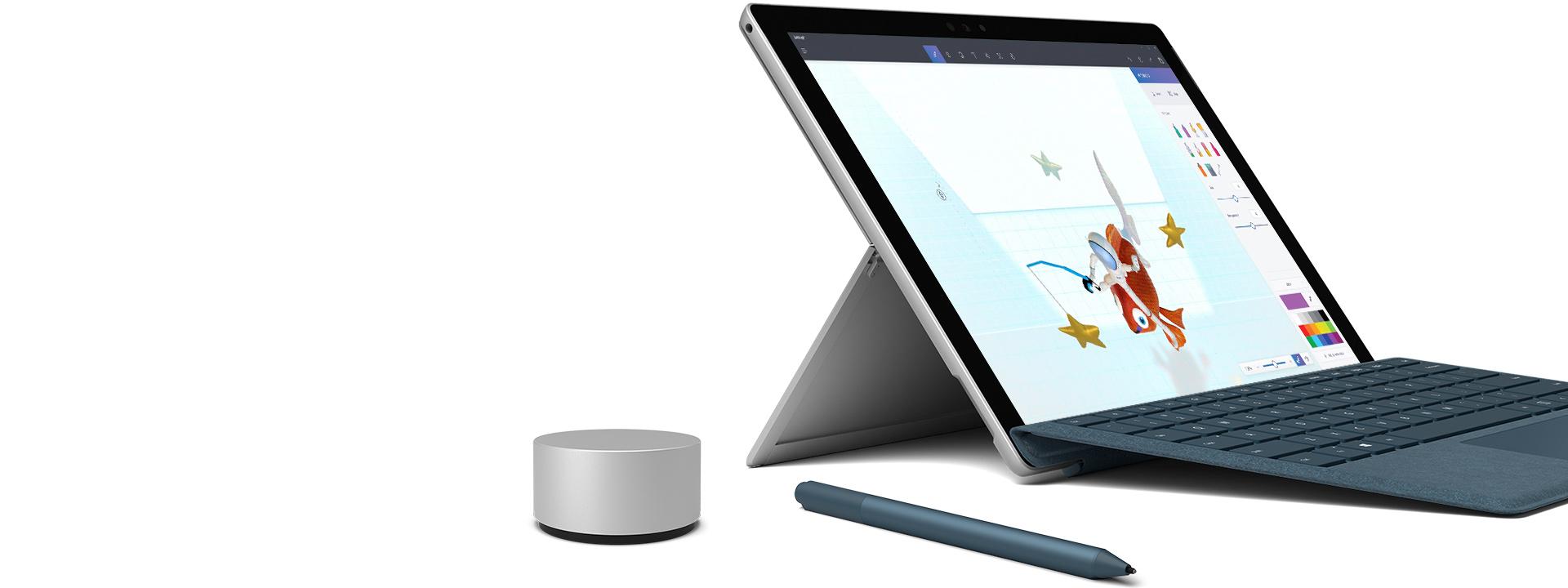 Surface Pro kannettavan tietokoneen tilassa yhdessä Surface Dialin, Surface-kynän ja Type Coverin kanssa.