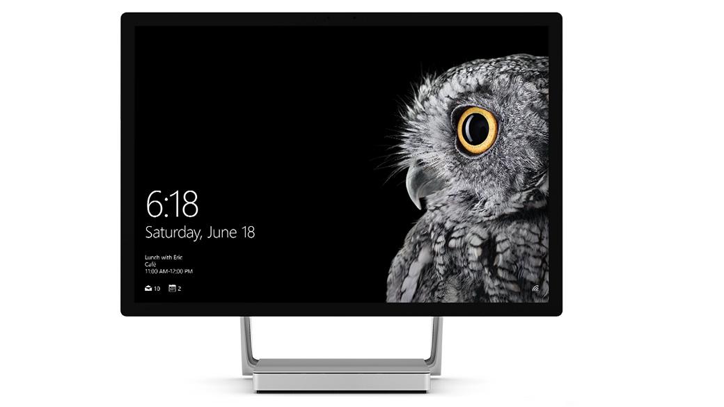 Pystytilassa oleva Surface Studio, näytössä Windows.