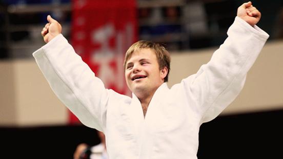 Nuori mies karatekan vaatteissa