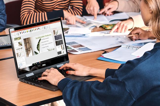 Une femme utilisant son ordinateur Windows 10 pour concevoir une présentation PowerPoint