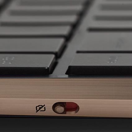 Interrupteur d'alimentation de la webcam situé sur le côté du clavier
