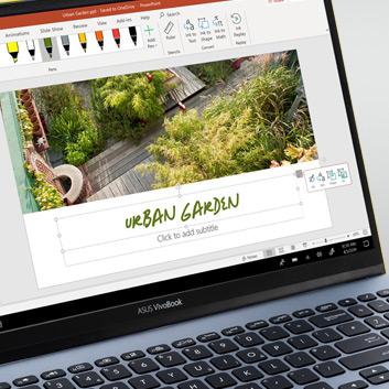 Un PC Windows 10 affichant une présentation PowerPoint à l'écran