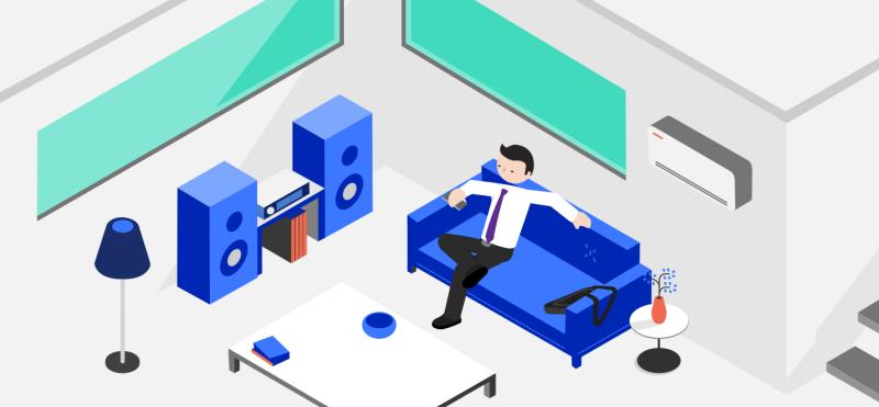 Homme assis sur le sofa entouré d'appareils connectés