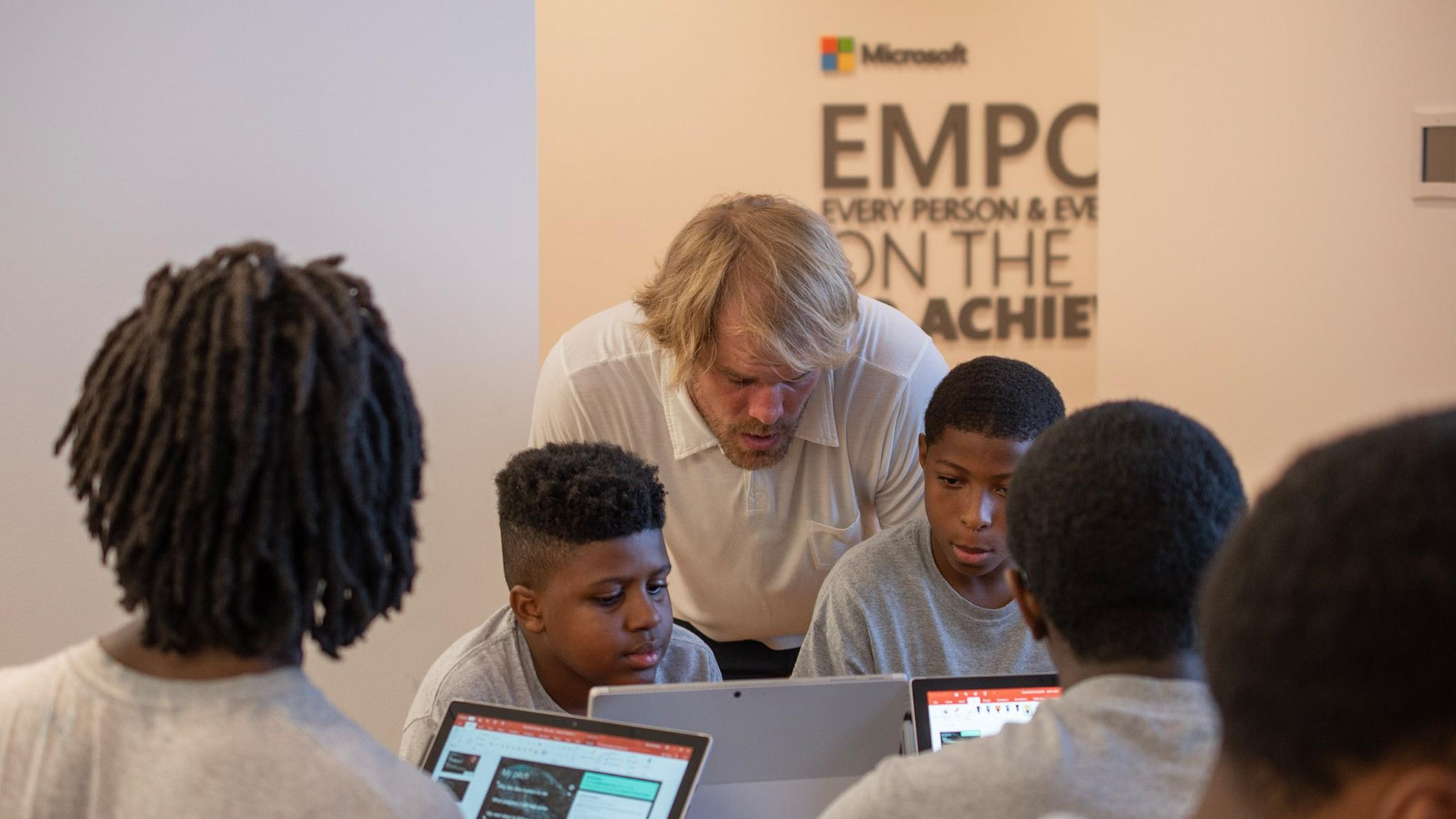 Greg Olsen travaille aux côtés d'élèves au cours d'un atelier Microsoft.