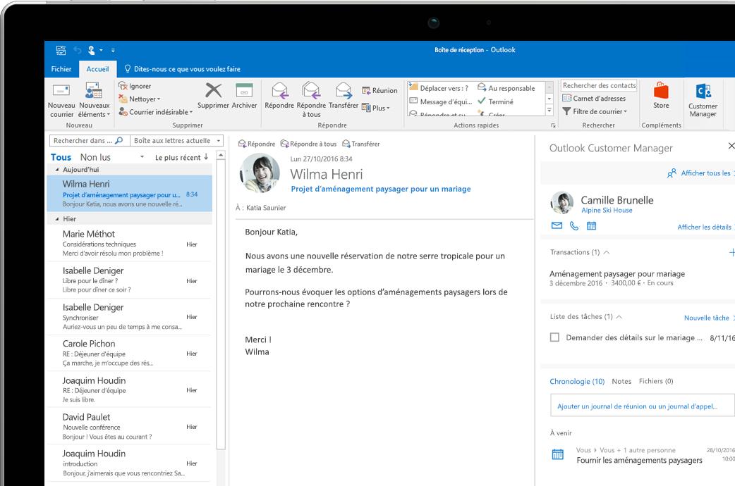Écran d'ordinateur portable affichant Outlook Customer Manager dans Outlook.