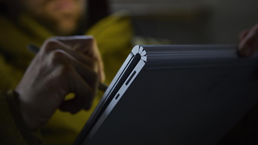 Écriture avec le stylet Surface sur l'écran d'un Surface Book 2