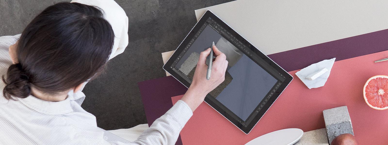 Personne utilisant Surface Pen sur un appareil Surface.