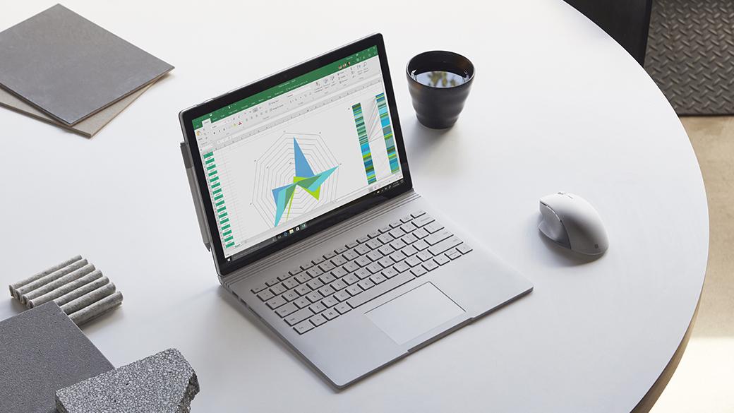 Surface Book 2 dans un espace de travail avec une Surface Precision Mouse et des fichiers