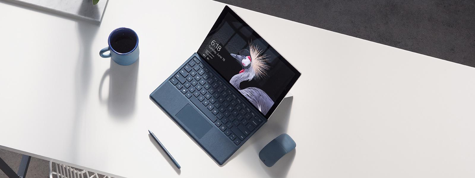 Appareil Surface Pro sur un banc avec un stylet Surface et une souris Surface Arc Mouse.