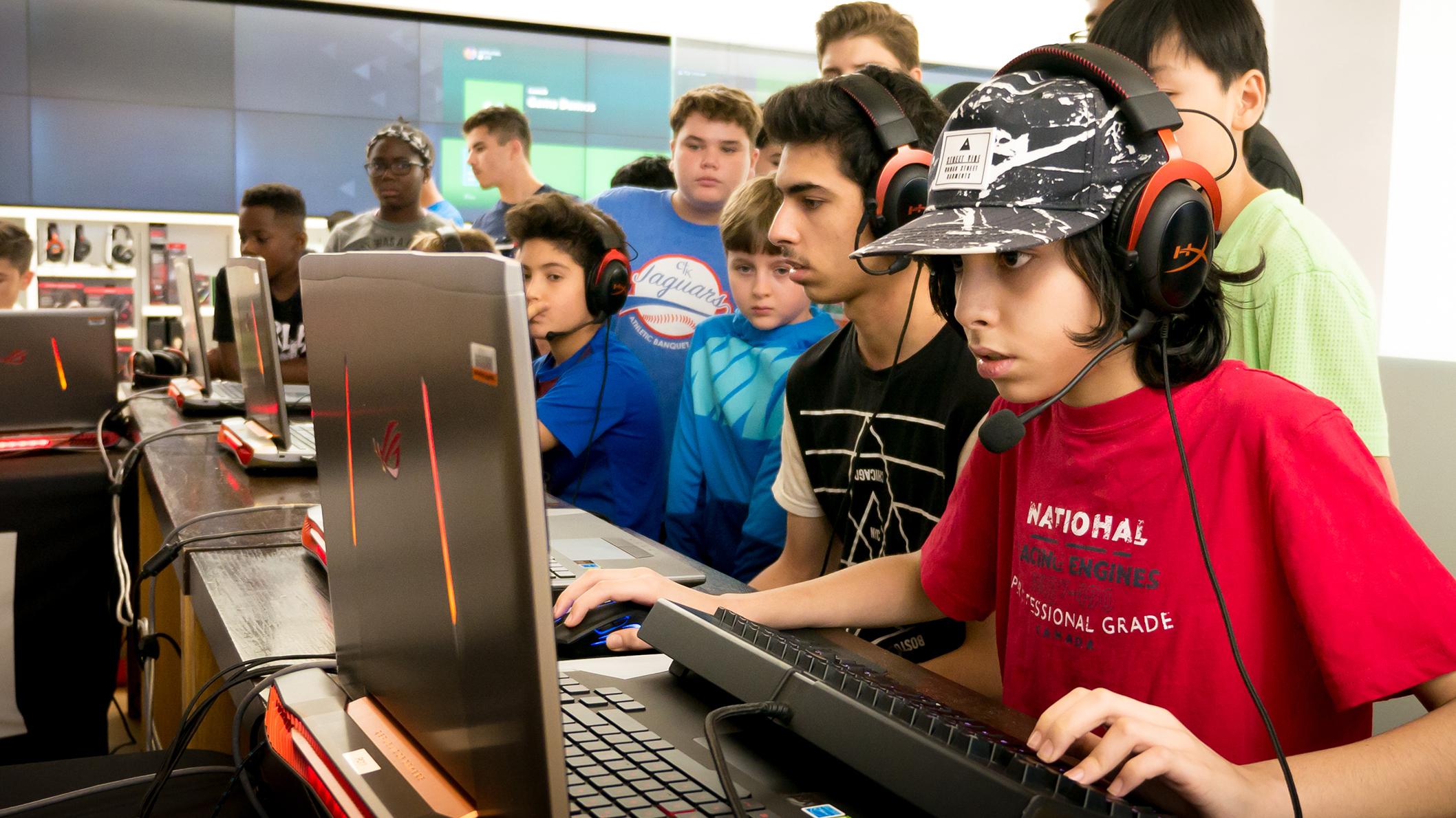 Groupe de garçons jouant ensemble dans un magasin Microsoft.