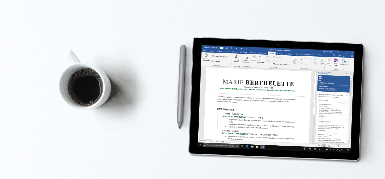 Écran de tablette affichant Word, avec la barre Assistant CV sur la droite ainsi que des exemples de CV