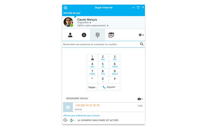 Personne utilisant une tablette Surface affichant une réunion en ligne Skype Entreprise