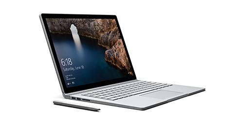 Surface Book en mode ordinateur portable, face vers la droite avec stylet Surface