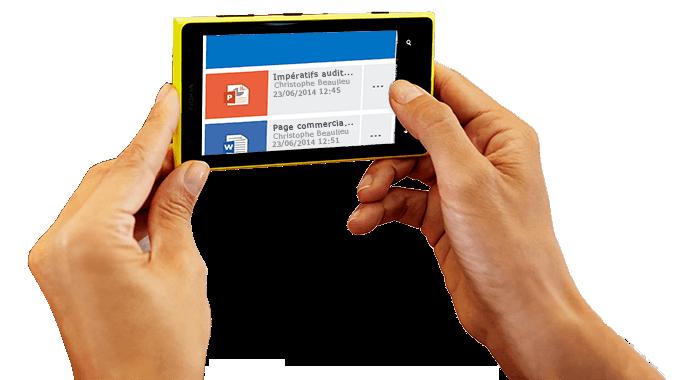Un smartphone tenu à deux mains, affichant Office365 en cours d'utilisation.