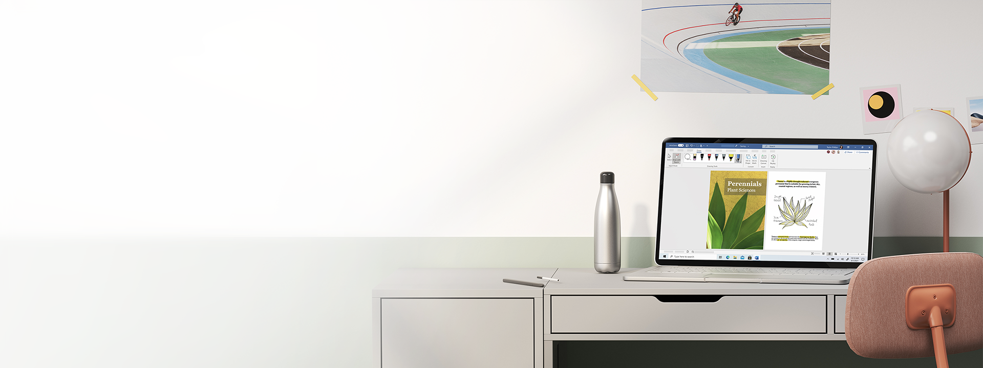 Ordinateur portable Windows10 ouvert posé sur un bureau.