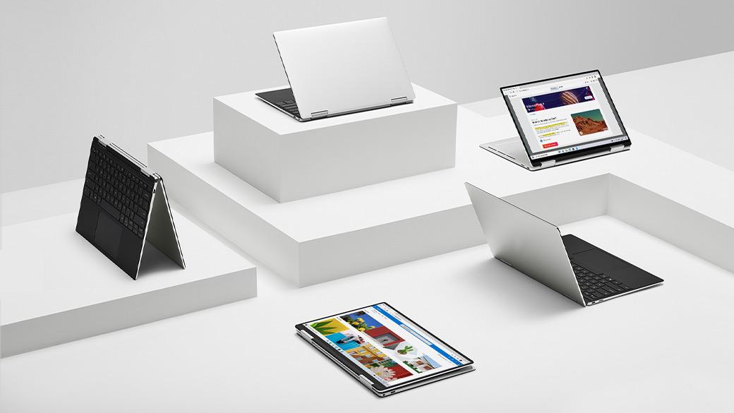 Cinqappareils Microsoft ouverts posés sur une table de présentation