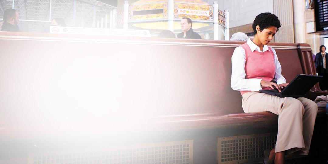 Femme utilisant un ordinateur portable. Exchange Online Protection protège la messagerie contre le courrier indésirable et les logiciels malveillants.