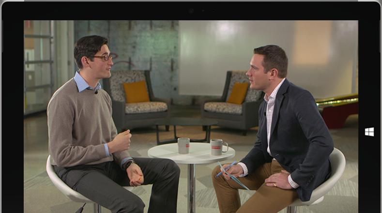 Tablette Microsoft Surface présentant un épisode de la série Modern Workplace et une fenêtre de conversation