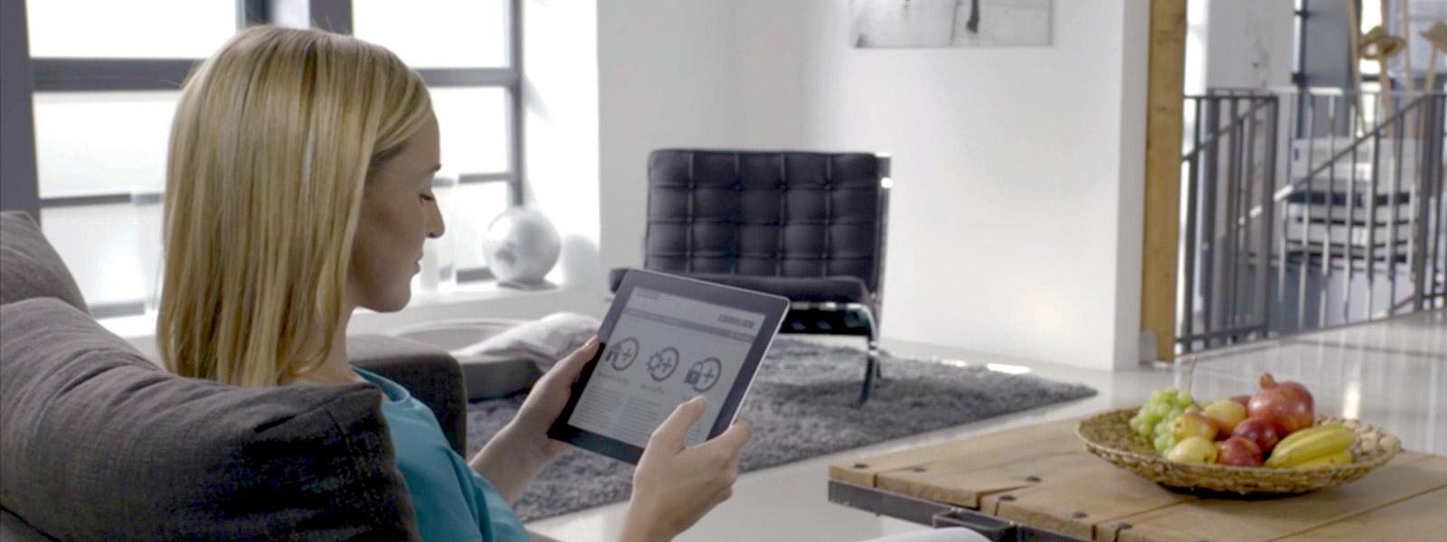 Femme utilisant une tablette pour consulter les tableaux