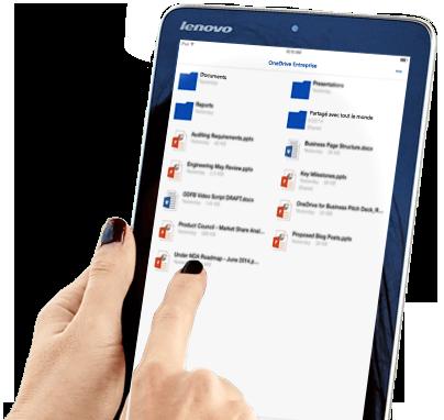 Femme utilisant son stockage de fichiers OneDrive Entreprise et la fonction de partage sur une tablette.