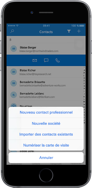 IPhone affichant une liste de contacts dans l'application mobile Outlook Customer Manager