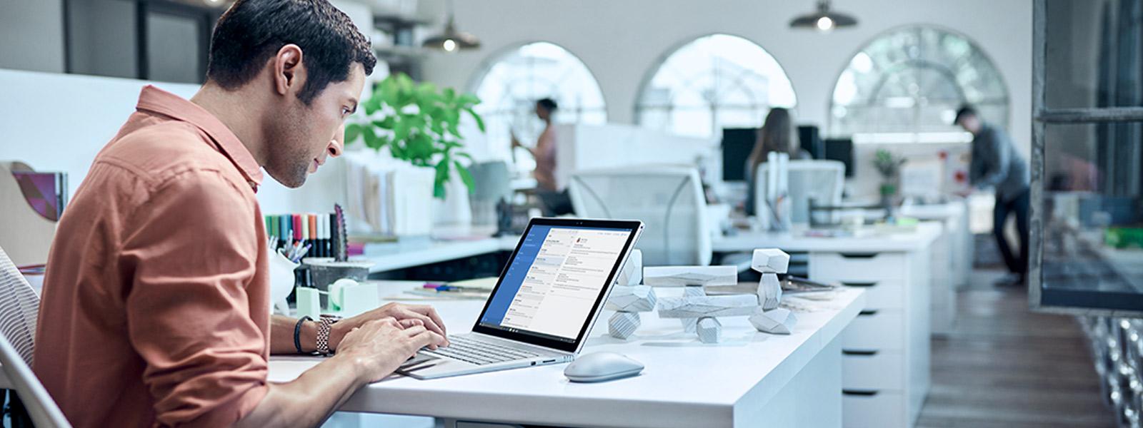 Homme travaillant sur un Surface Book.