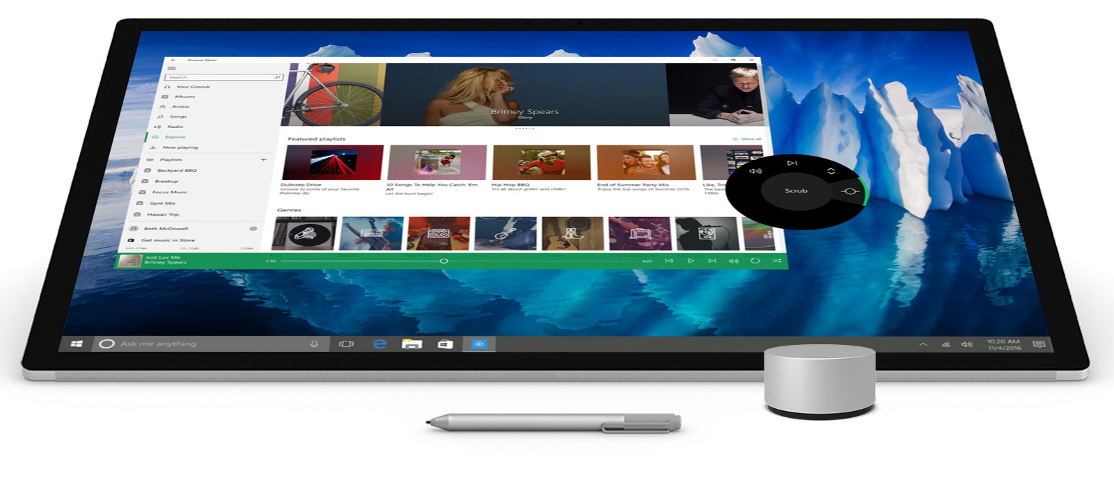 Surface Studio à plat en mode Studio, de face avec un stylet Surface et Surface Dial devant