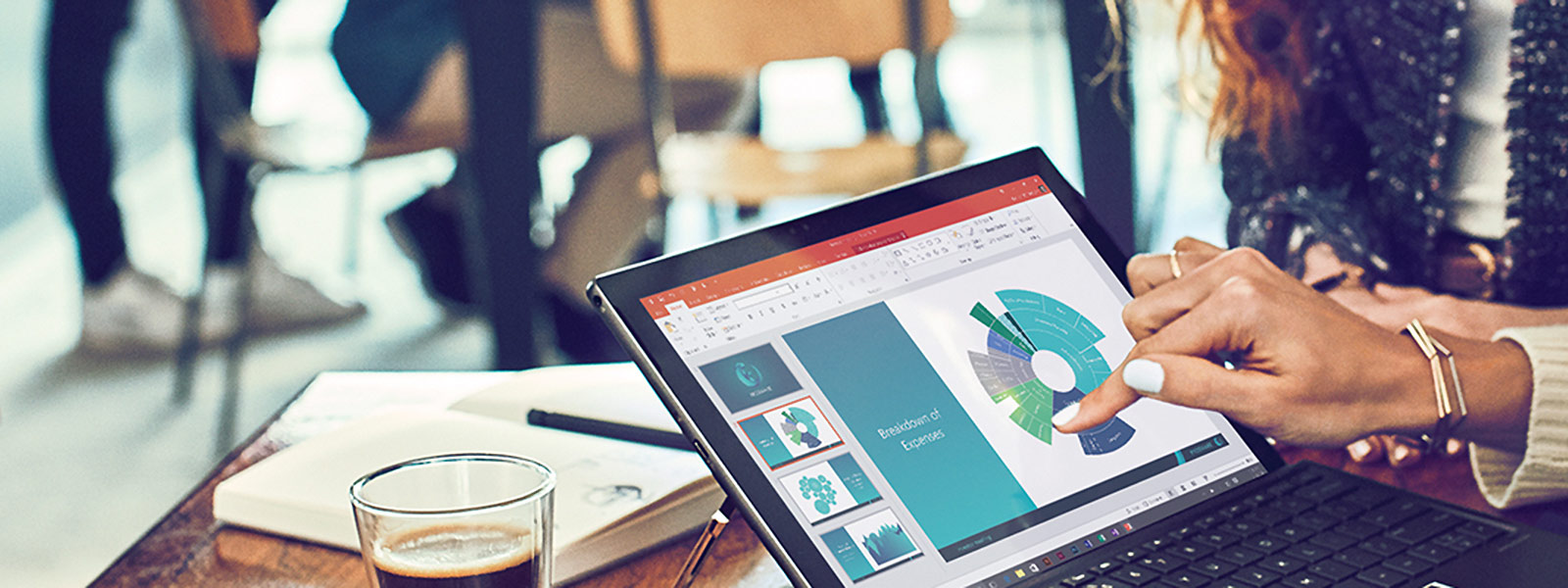 Une femme qui utilise un ordinateur portable à écran tactile sur un bureau