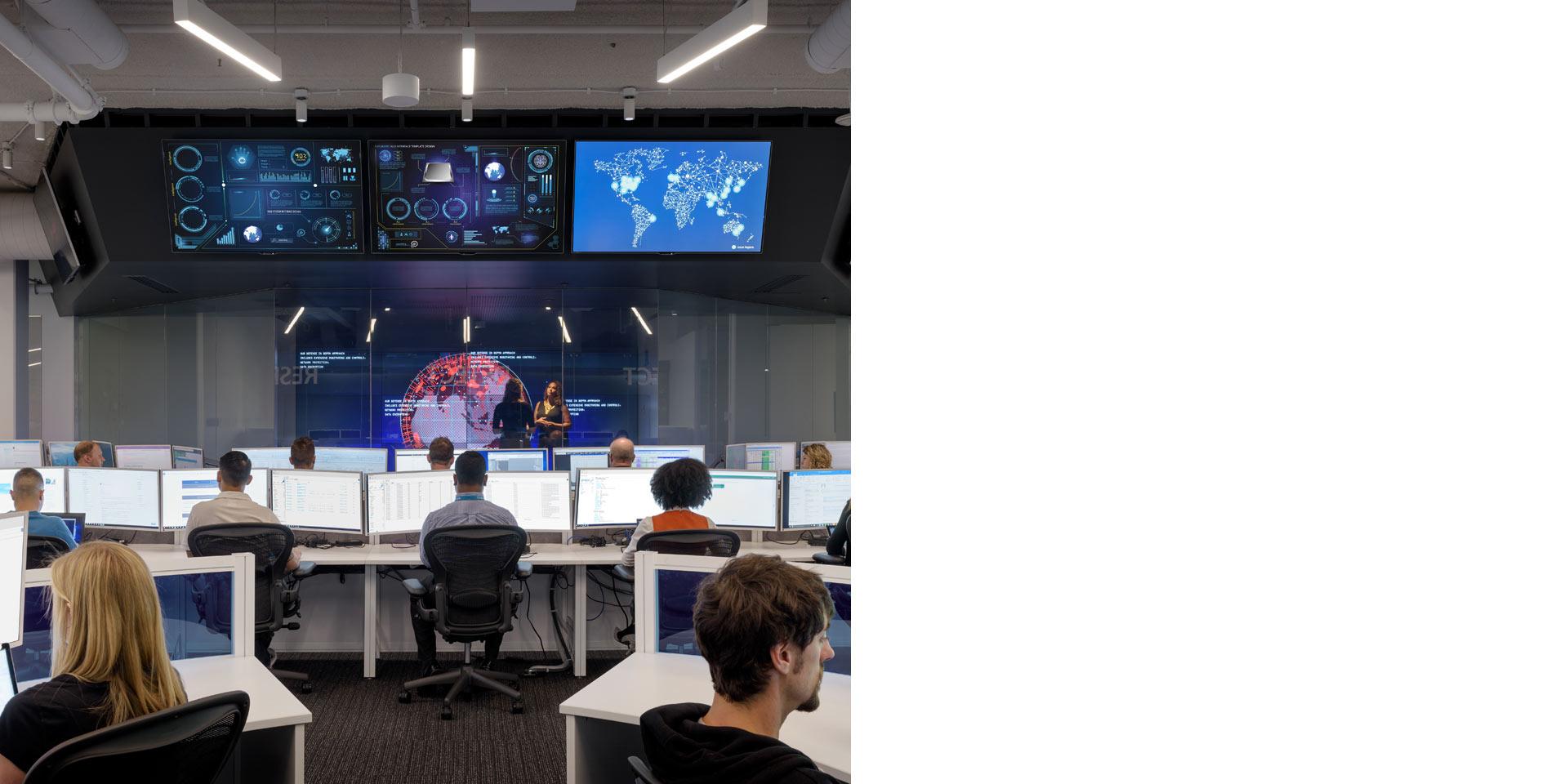 Espace de bureau avec de grands écrans au-dessus