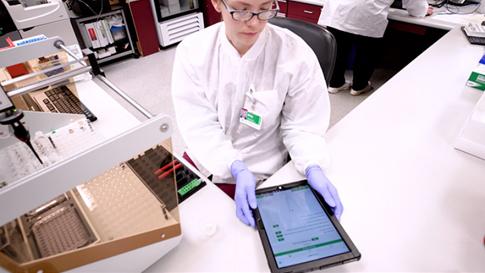 Technicien de laboratoire en train d'interagir avec un appareil