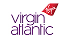 Membre du personnel de cabine en train de traverser la cabine d'un avion de la compagnie Virgin Atlantic
