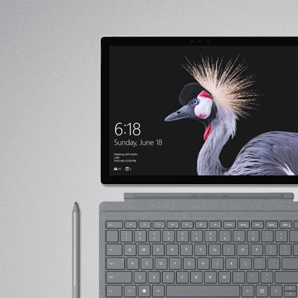 Photo d'une Surface Pro (5th Gen) with 4G+ Advanced et dotée d'un clavier SurfaceSignatureTypeCover recouvert d'Alcantara et d'un stylet Surface