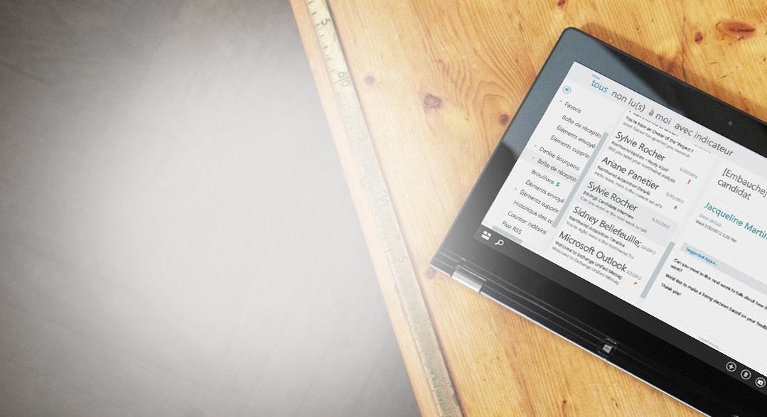 Tablette posée sur une table, affichant un gros plan d'une boîte de réception professionnelle fournie par Exchange.