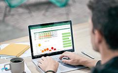 homme utilisant Excel sur un appareil Surface