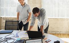 deux hommes regardant un ordinateur portable