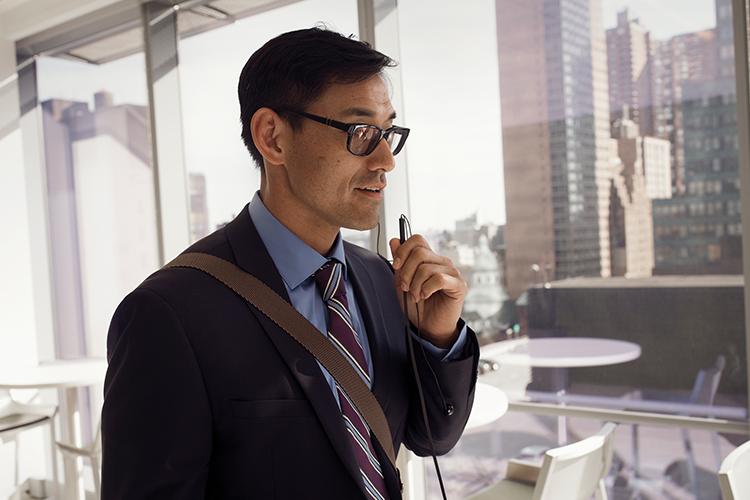 אדם במשרד משוחח במכשיר נייד