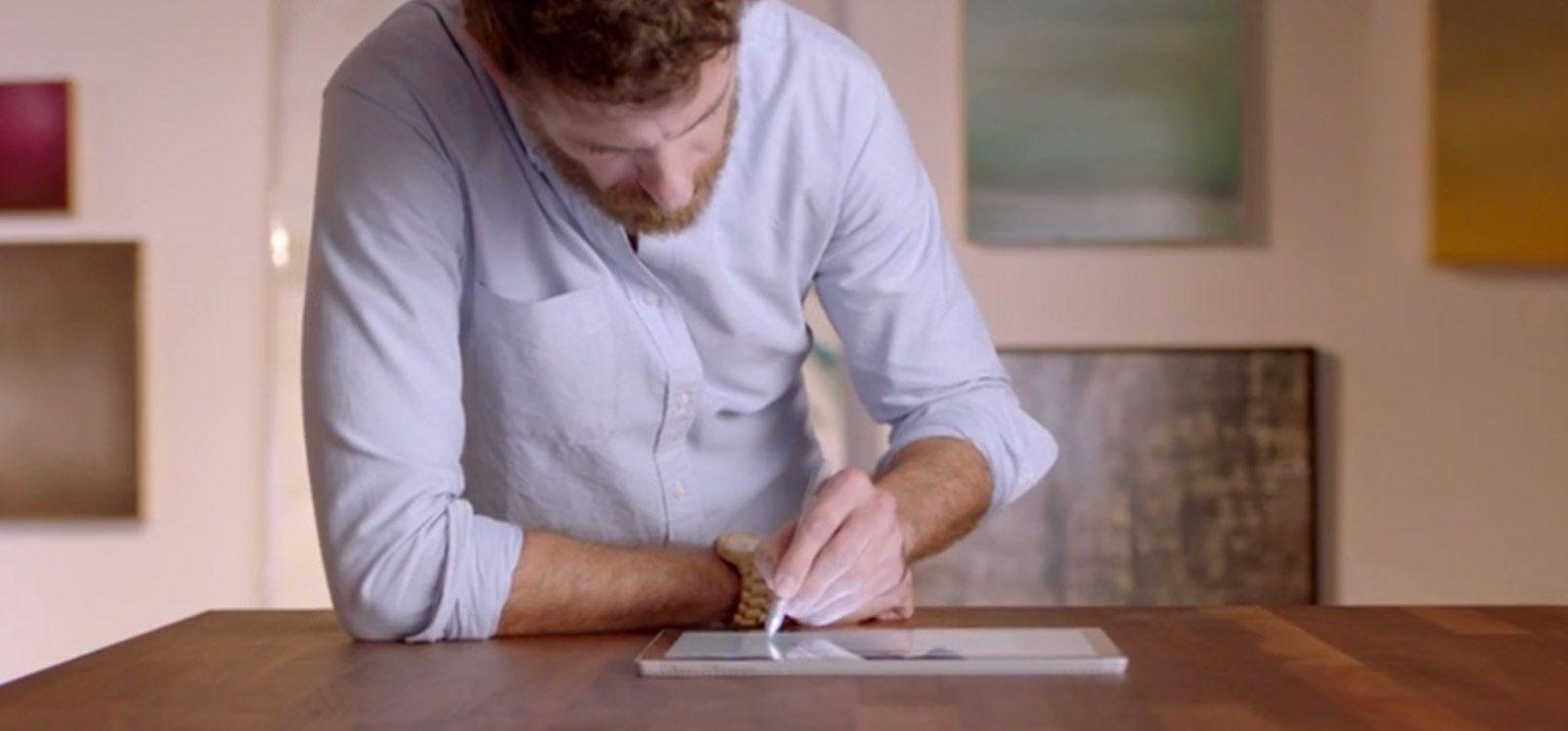 שני אנשים מביטים במסך של טלפון, קבל מידע על שיתוף פעולה עם אנשים אחרים ב- Office